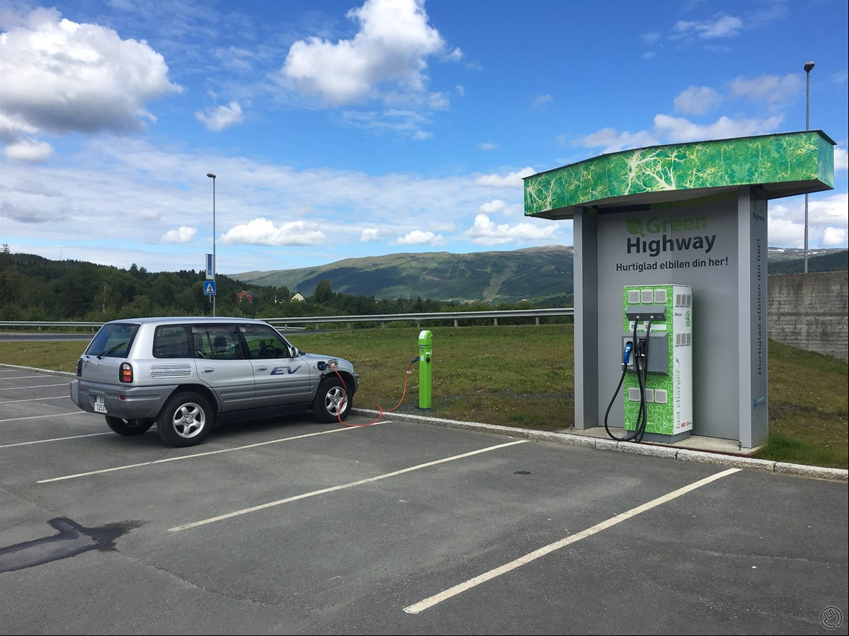 RAV4 EV charging at Meråker...